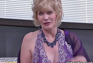 USA gilf Justine gives her hairy snatch a treat